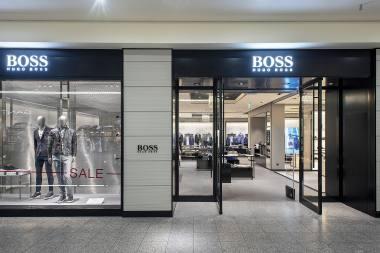 067ad4b27ecc3 HUGO BOSS jest liderem na światowym rynku odzieżowym klasy premium, obecnym  w ponad 100 krajach. Nazwa marki to synonim znakomitego designu oraz  wysokiej ...